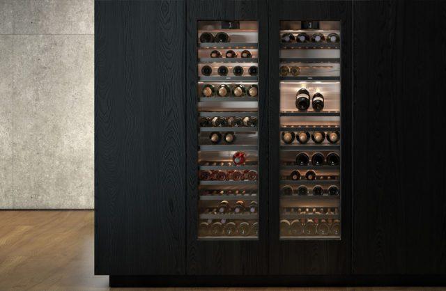 eleganckie ekskluzywne chłodziarki na wino marki Gaggenau w czarnej drewnianej zabudowie