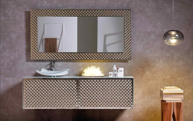 wyjątkowe lustro od J&J glass & design wgrubej ramie zprzestrzennym wykończeniem nad szafką ztakim samym wykończeniem frontów ze szklaną umywalką