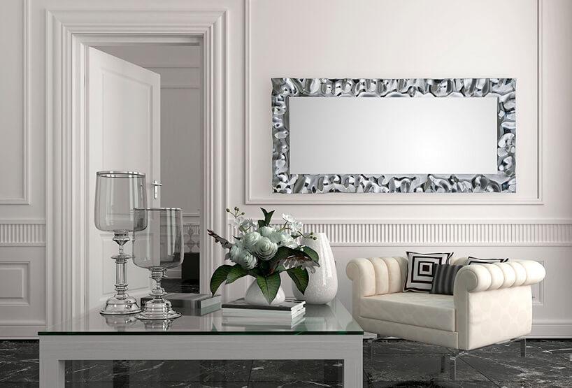 eleganckie lustro od J&J glass & design zmetalową chromowaną ramą zdużymi wypukłościami wbiałym salonie