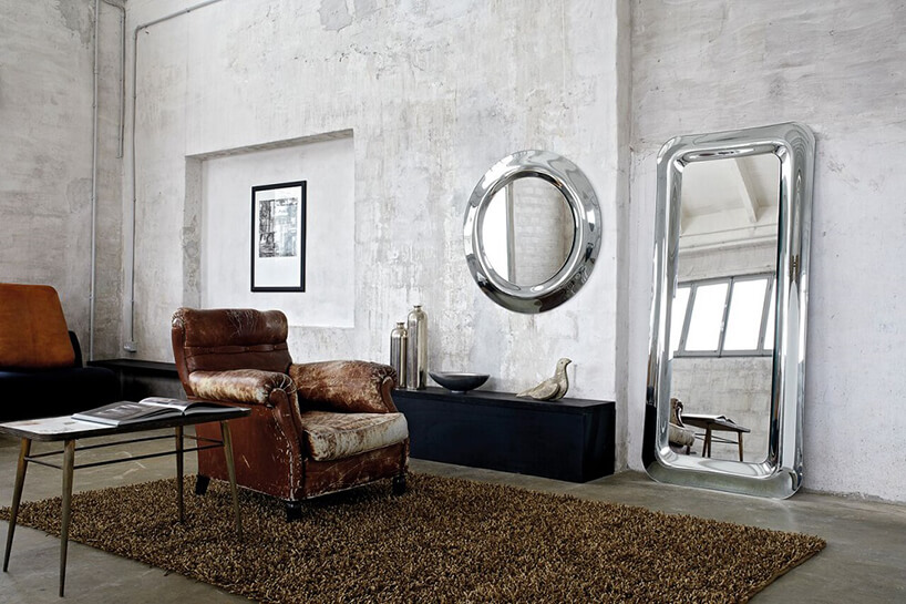 eleganckie lustra od J&J glass & design wwersji okrągłej iprostokątnej zmetalową chromową zaokrągloną ramą