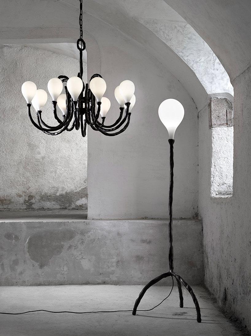 dwie czarne lampy