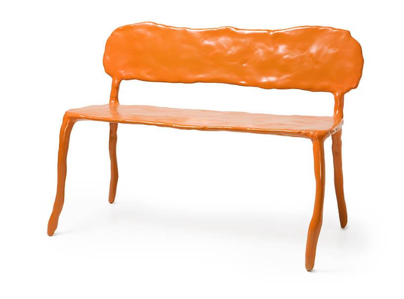 gliniana pomarańczowa ławka