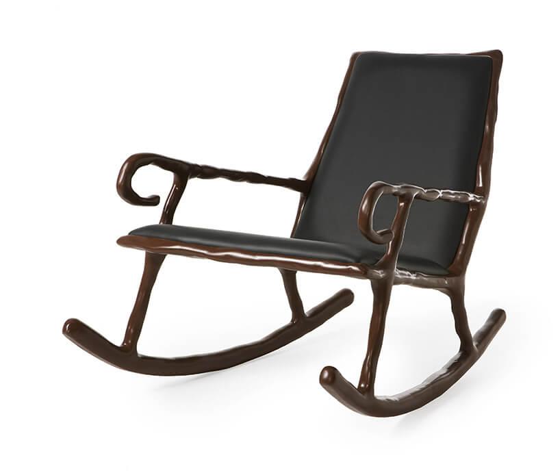 brązowy gliniany fotel bujany