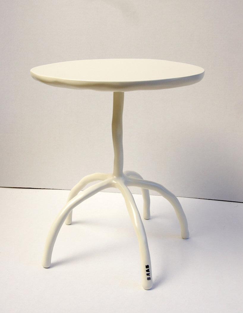 biały gliniany okrągły stolik
