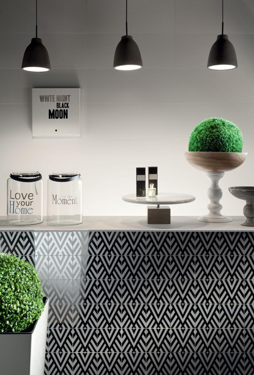 wyspa wykończona biało czarnym płytkami ceramicznymi Tubądzin od Macieja Zienia