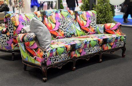 wzorzysta i kolorowa sofa