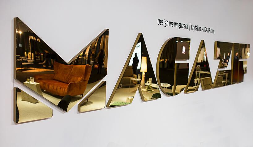 stoisko MAGAZIF na Warsaw Home 2019 złoty błyszczący napis MAGAZIF na białej ścianie