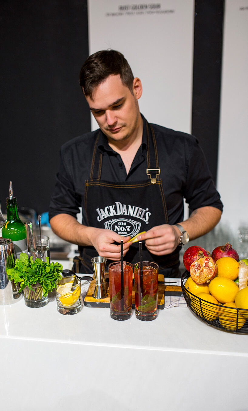 stoisko MAGAZIF na Warsaw Home 2019 barman podczas przygotowywania jednego zsoft drinków
