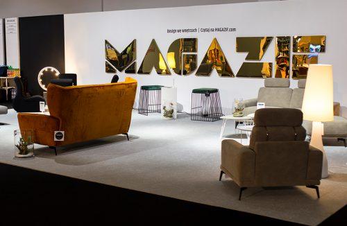 stoisko MAGAZIF na Warsaw Home 2019 pomarańczowa sofa i żółty fotel na tle błyszczącego złotego napisu MAGAZIF