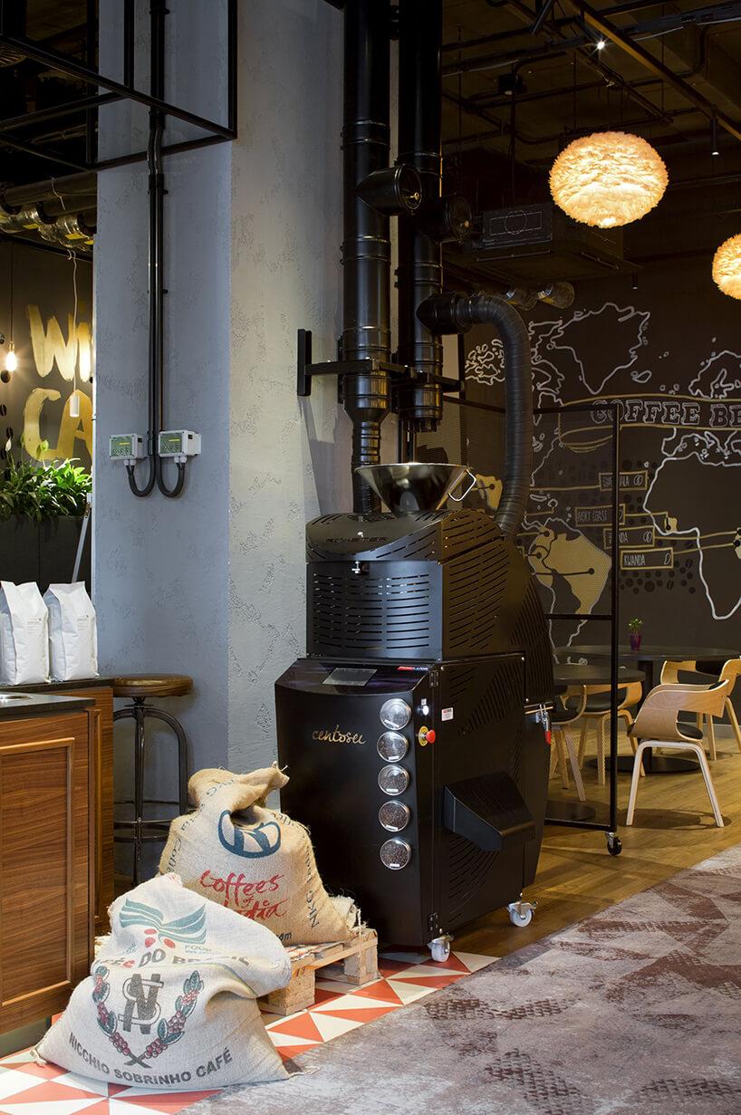 wnętrze hotelu Novotel Poznan Centrum czarna duża maszyna do parzenia kawy obok dwóch worków na kawę