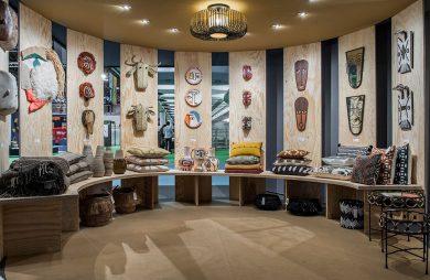 ekspozycja na sklejkach poduszek oraz ozdób wiszących w stylu plemiennym