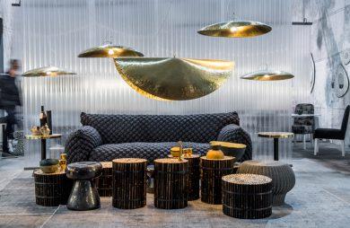 niebieska teksturowana sofa na jednym ze stoisk podczas Maison&Objet 2019