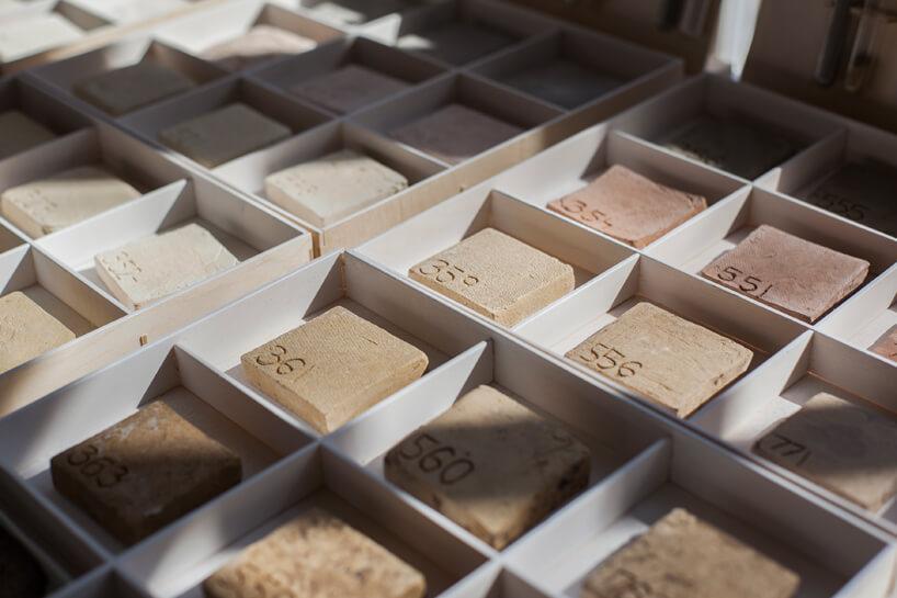 ponumerowane oróżnych odcieniach kostki ceramiki