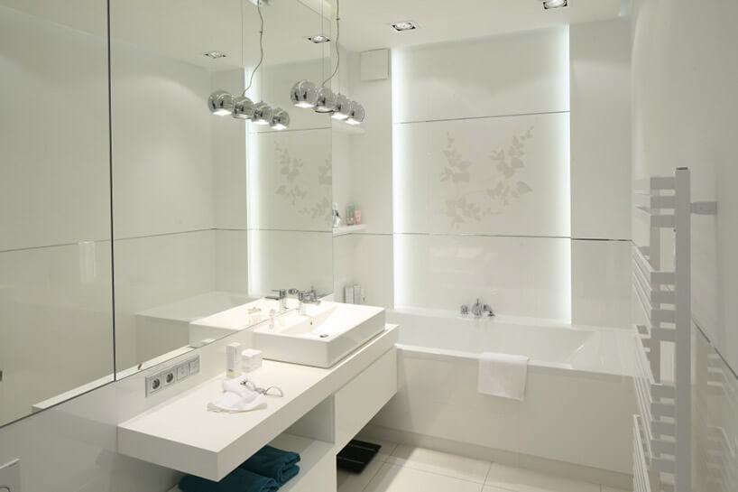 cała biała łazienka zwanną iumywalką