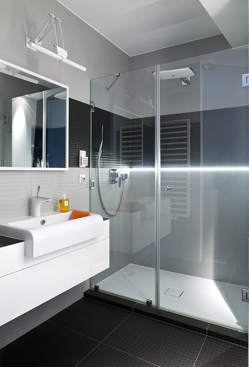 duży przeszkolony prysznic wmałej łazience