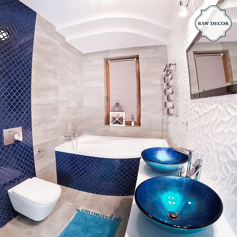 beżowa łazienka zmocnymi niebieskimi akcentami