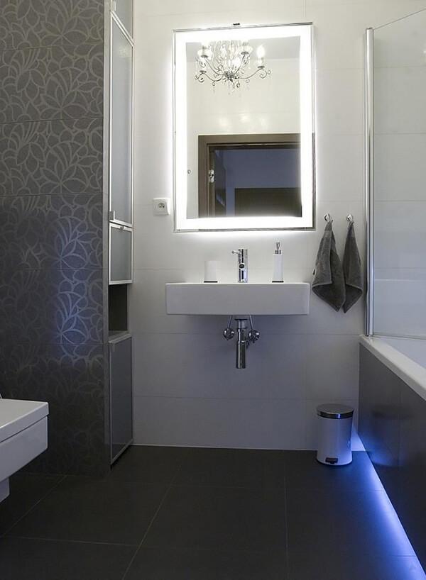 mała łazienka zpodświetloną wanną