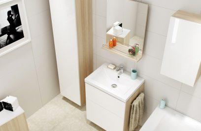 mała beżowa łazienka z białymi frontami i drewnianymi szafkami