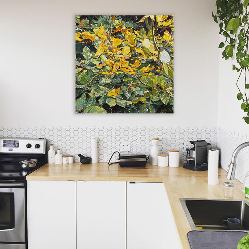 biofiliczny obraz białej kuchni zdrewnianym blatem