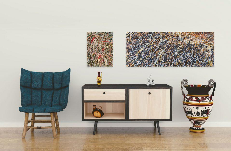 fotel z niebieskim oparciem obok szafki i zdobionego wysokiego wazonu