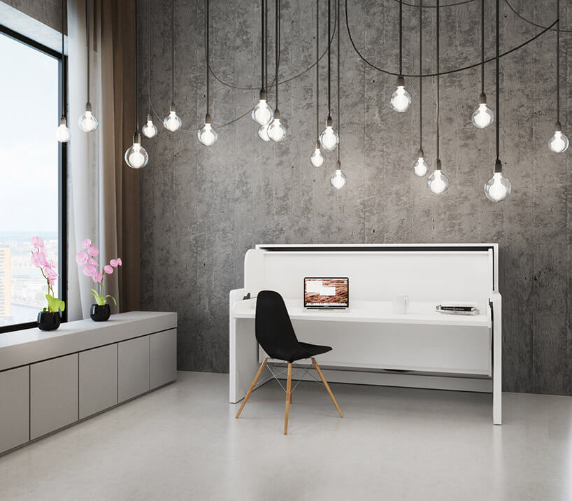 szare wnętrze zbiałym biurkiem