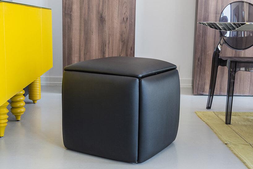 brązowa pufa złożona zpięciu stołków
