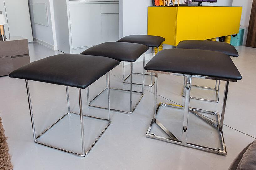 pięć stołków składanych wjedną brązową pufę