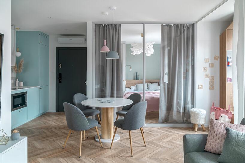 małe mieszkanie wszarych ibiałych kolorach zszafą zlustrami