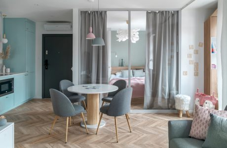 małe mieszkanie z parkietem w szarych i białych kolorach z szafą z lustrami