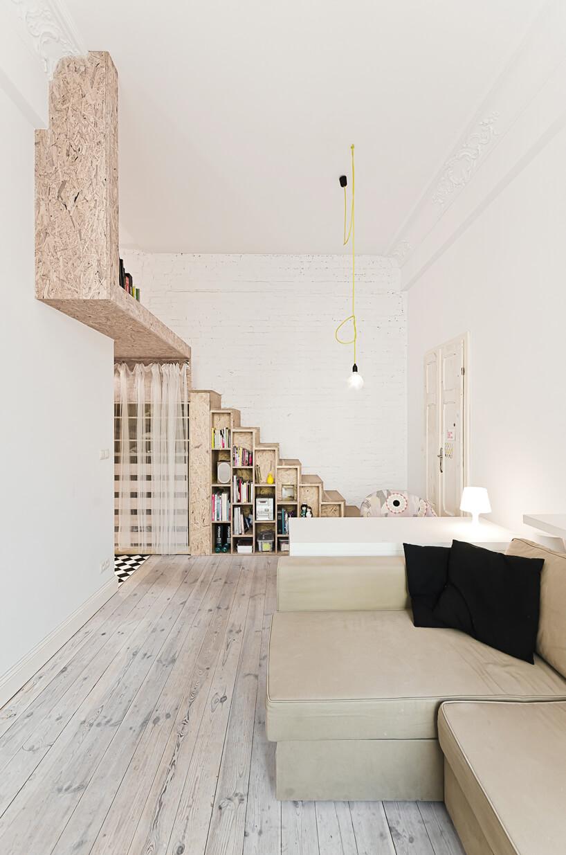 salon ze schodami izieloną żarówką