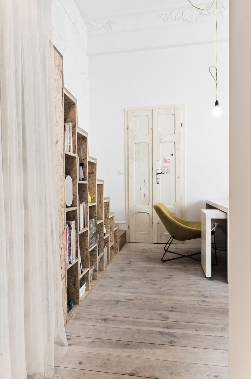 stare drewniane drzwi zzielonym fotelem