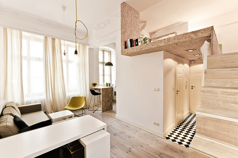 biały salon zdrewnianymi dodatkami