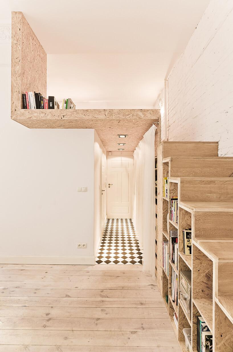 drewniane schody na piętro