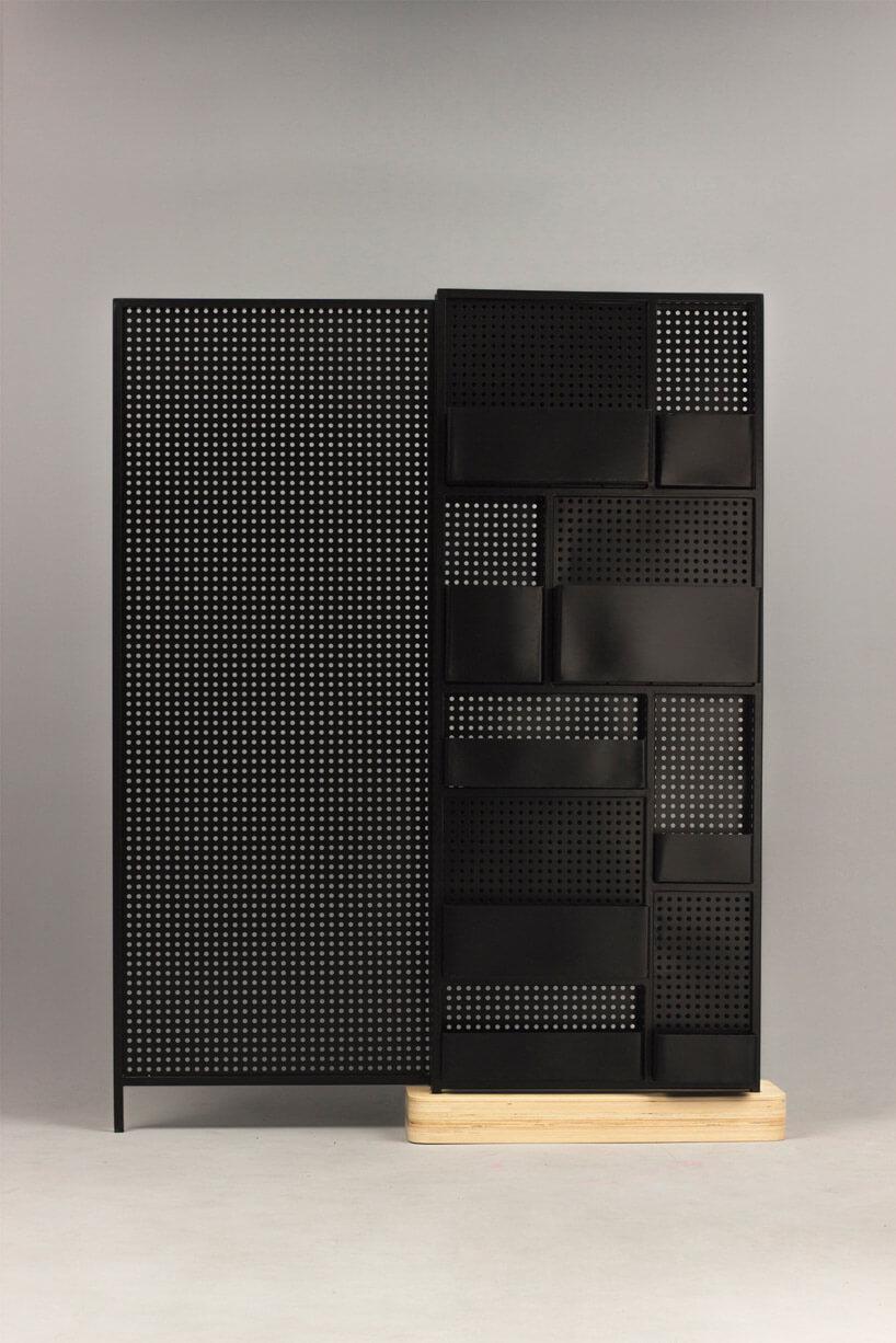 metalowa ścianka na kawałku drewna