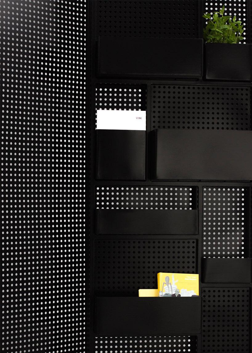 czarna metalowa ścianka małgorzaty swobody