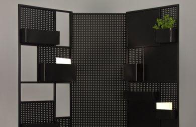 zielony kwiatek w doniczce na czarnej metalowej ścianie