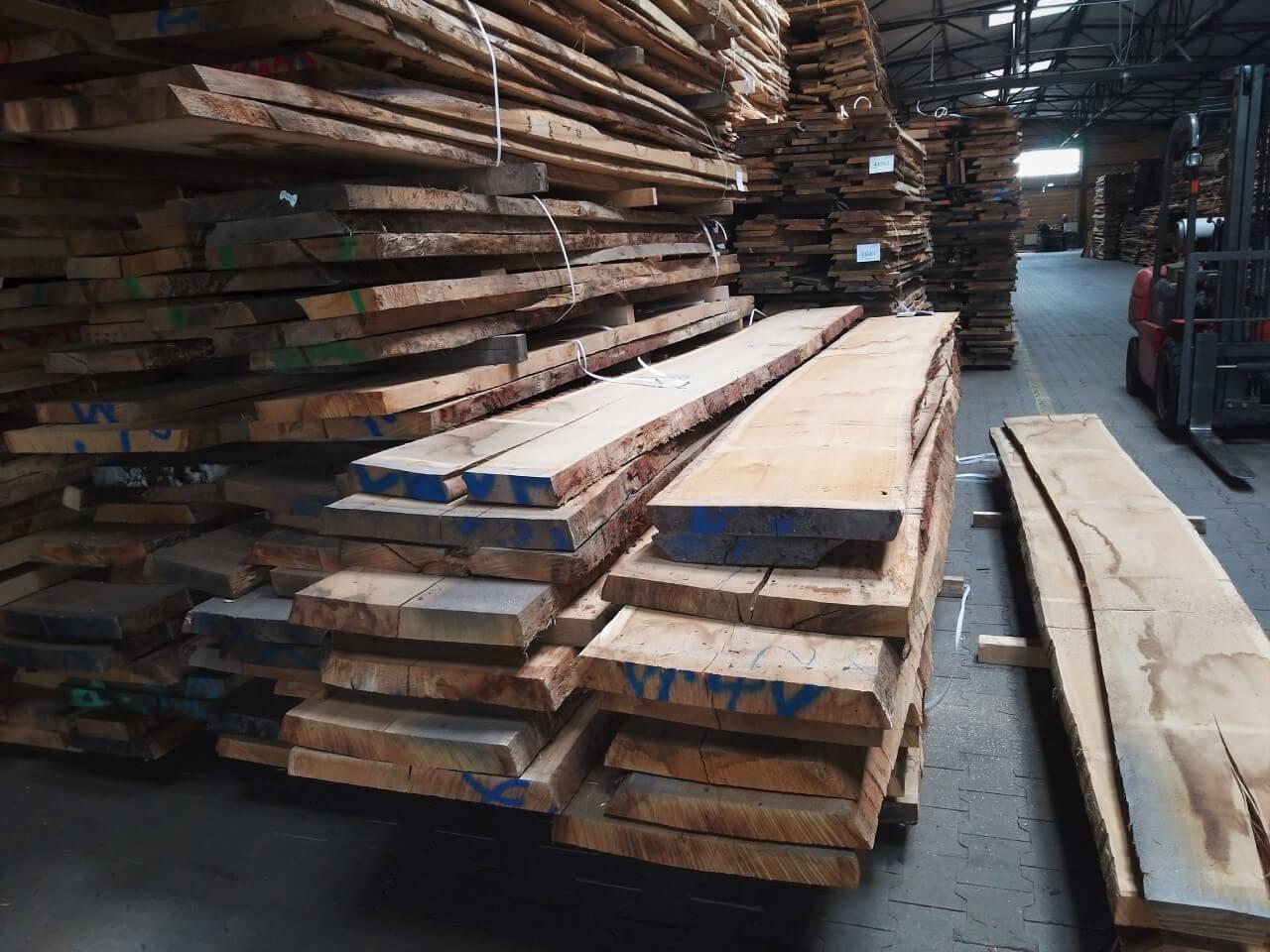 surowe drewniane deski ułożone na stosie