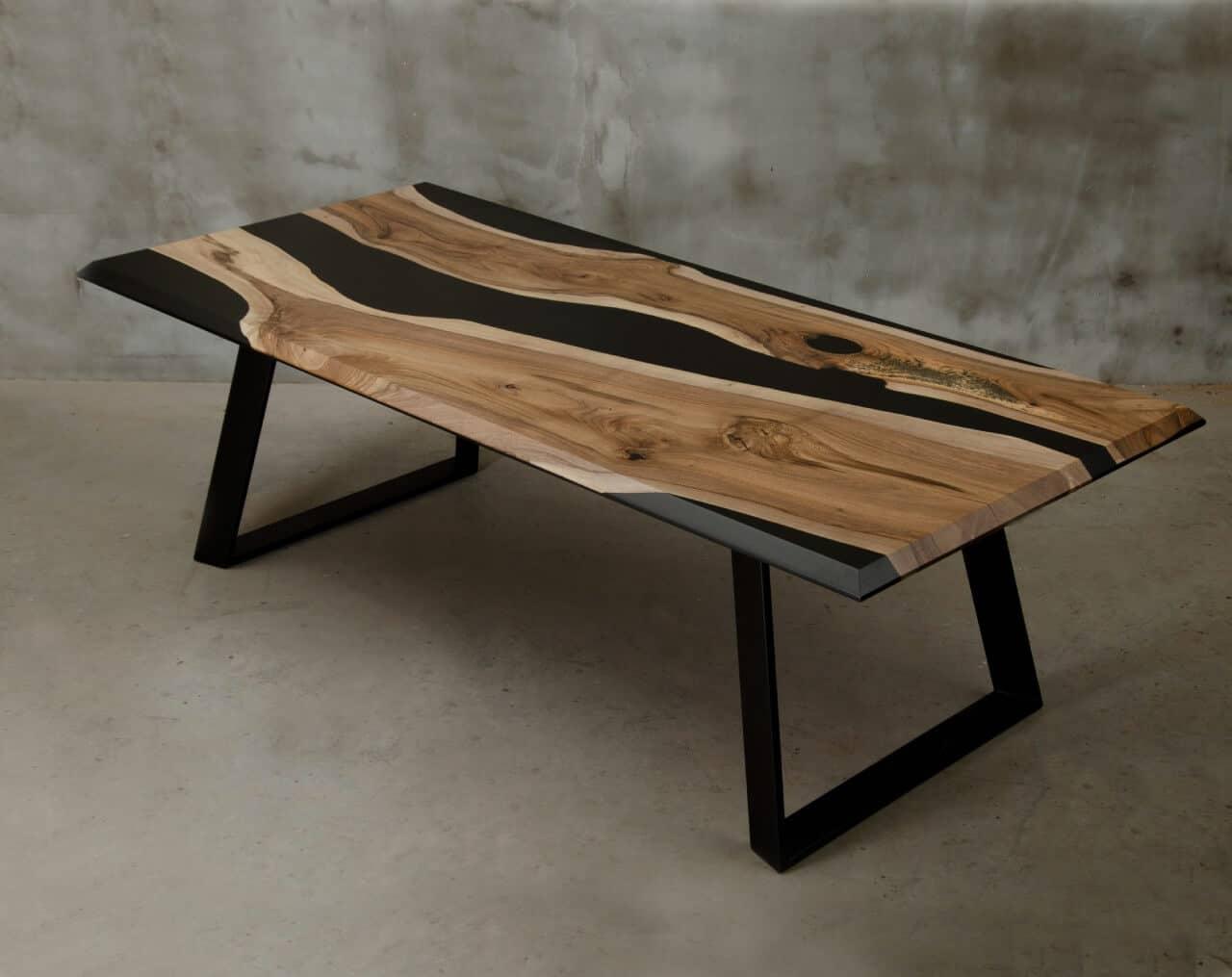 jasny stół drewniany zżywicą epoksydową na żelaznych metalowych ciemnoszarych nogach