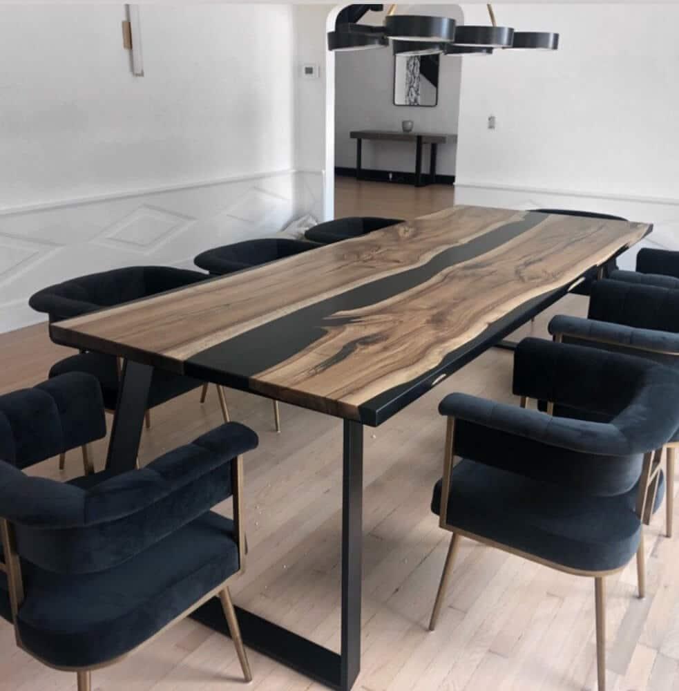 stół zżywicą epoksydową wsali konferencyjnej zciemnymi krzesłami
