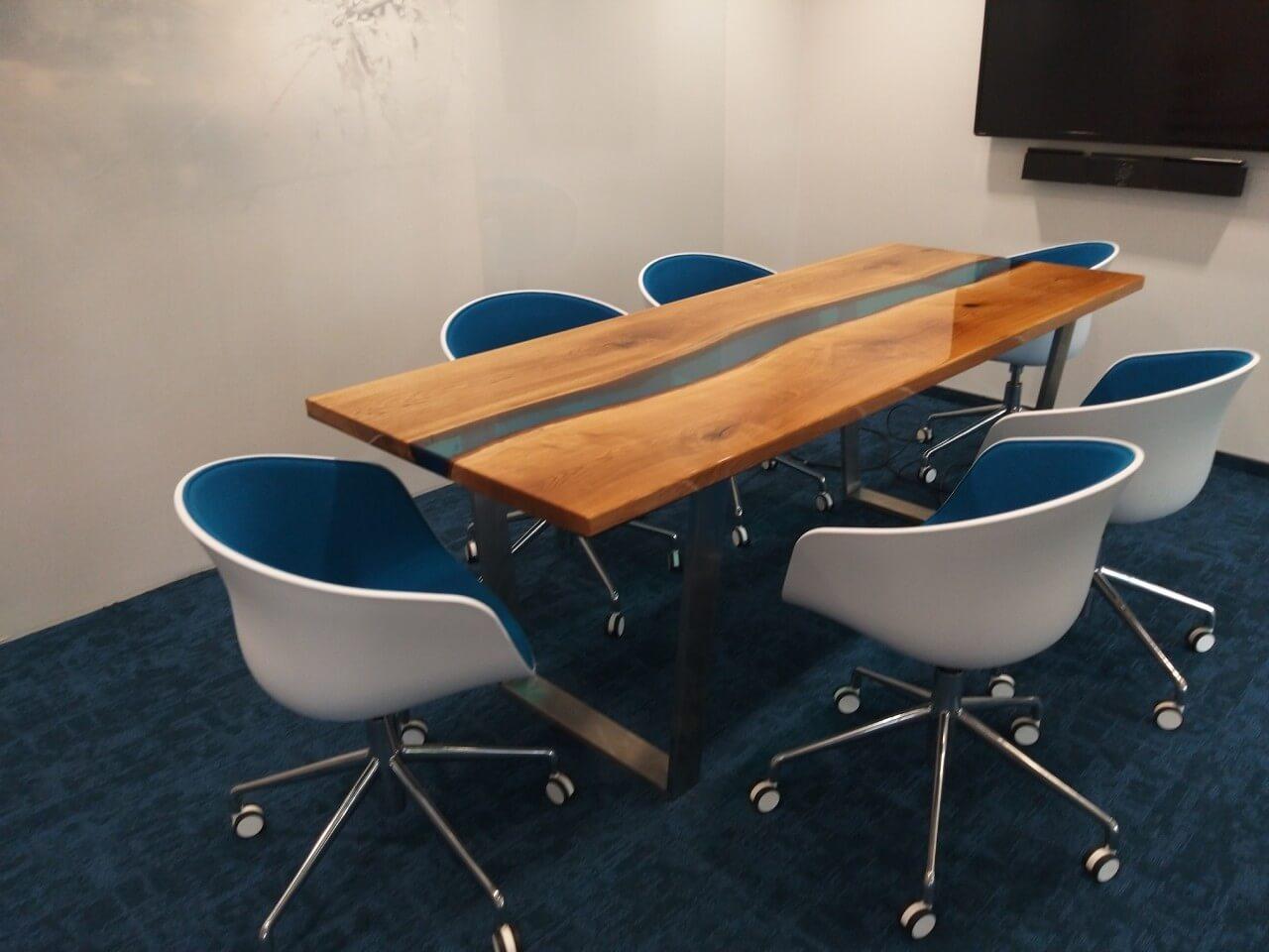 stół drewniany zżywicą epoksydową wsali konferencyjnej malita just wood