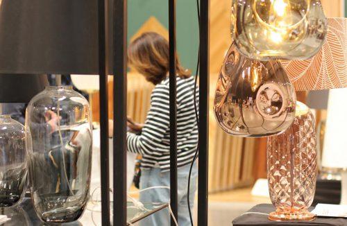 odwiedzająca przy wyjątkowych błyszczących lampach na Małopolskich Targach 2019