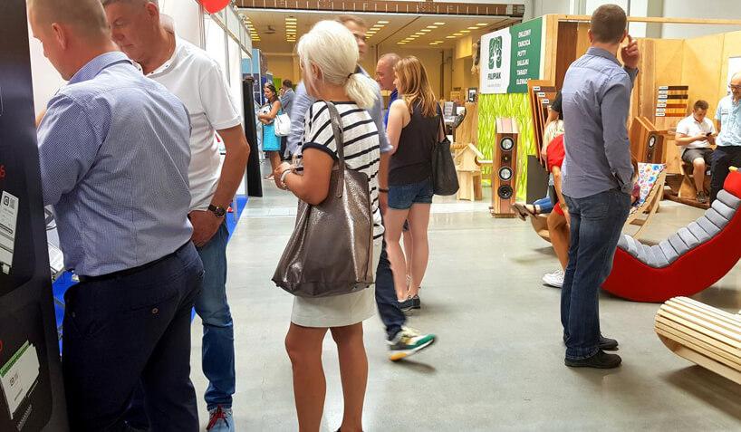 odwiedzający podczas oglądania stoisk na targach