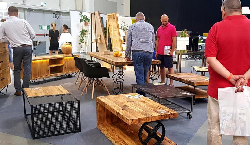 targowe stoisko znietypowumi drewnianymi stołami istolikami