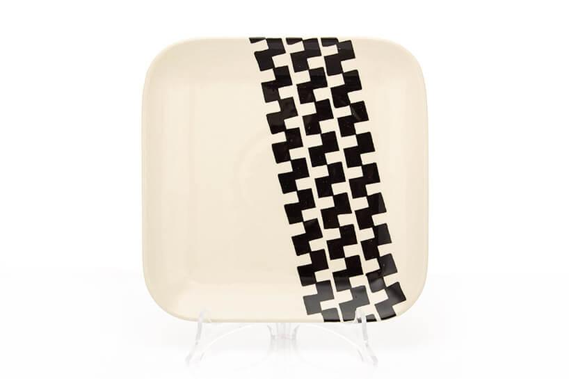ceramiczny talerz zczęściowym czarnym wzorem