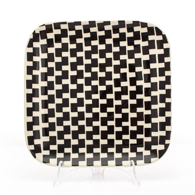 ceramiczny talerz zczarnym wzorem