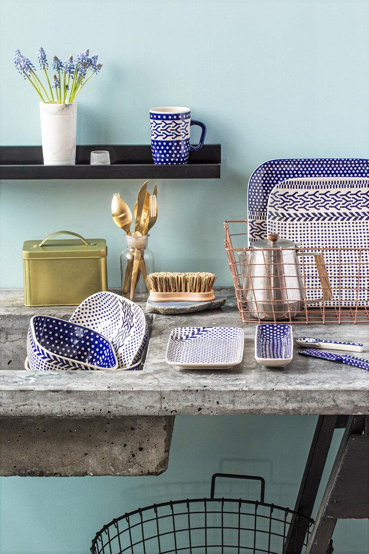 biało-niebieska malowana ceramika stołowa waranżacji