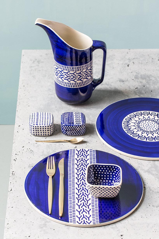 biało-niebieska malowana ceramika stołowa