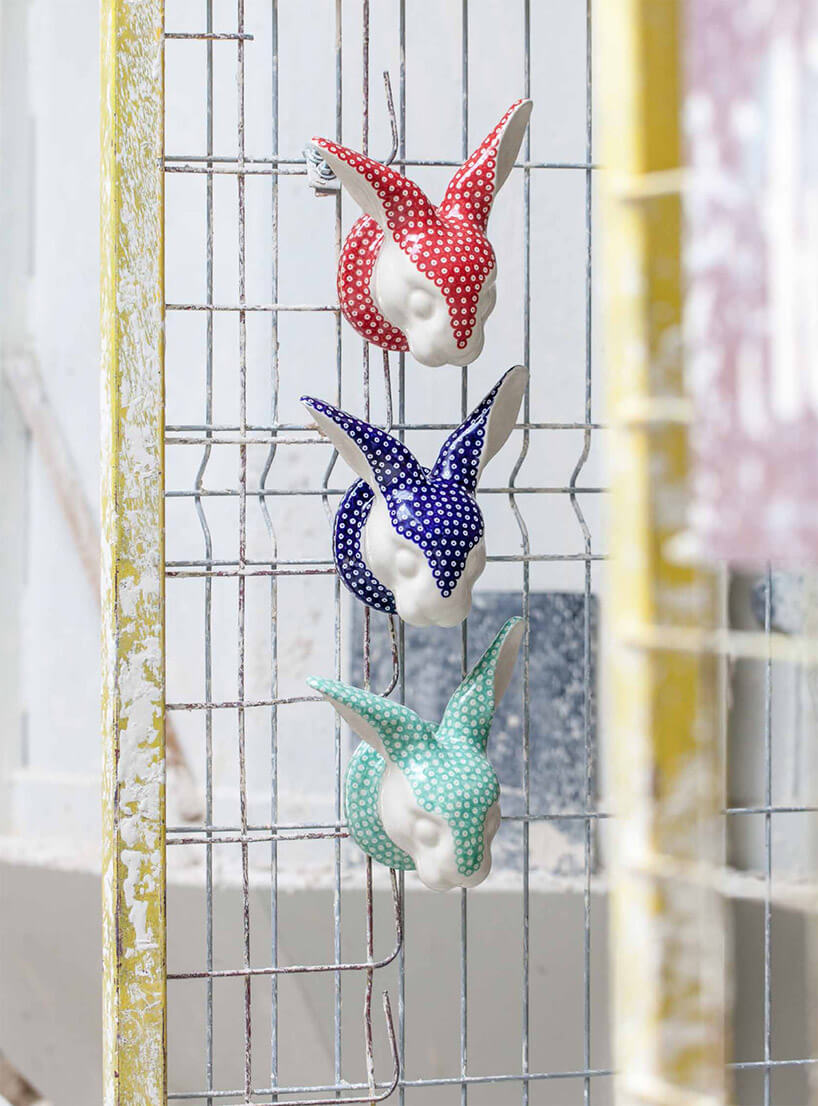 ceramiczne imalowane kolorowe głowy królików