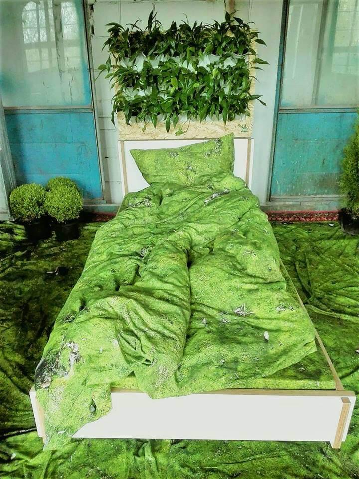 zielony pokój ze sztuczną trawą