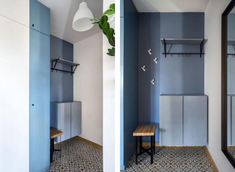 wnęka an wieszak imałą ławeczkę obok niebieskiej szafki wmałym niebieskim przedpokoju